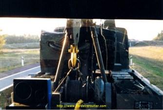 En remorque derrière une dépaneuse Berliet GBU