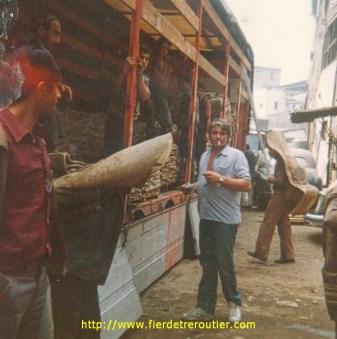 Déchargement de peaux de vache à Istambul (TR) dans le quartier des tanneurs, et ça pue.