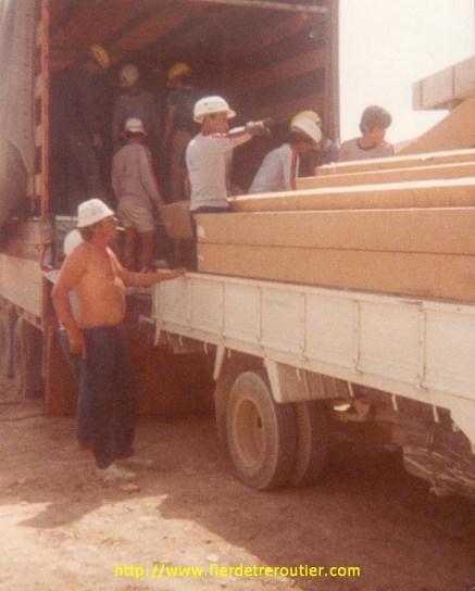 Déchargement à l'hopital de Bagdad. Pour trouver le chantier, un taxi me fait faire 3 fois le tour de la ville. Je refuse de payer, et c'est le directeur de l'hopital qui paye la note.