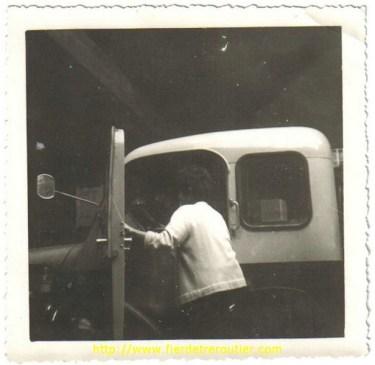 Mme Romanat, la femme du mécano, monte dans un Berliet en panne, pendant que les chauffeurs vont le pousser pour le faire démarrer
