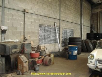 Dommage que vous ne puissiez pas sentir l'odeur du garage ... Il ne sert plus depuis quelques années, mais les effluves d'huile, de graisse, de freins, de gasoil, sont toujours là Un savant mélange qui s'est formé tout seul, au fil des années, et qui sent merveilleusement la mécanique, la vraie