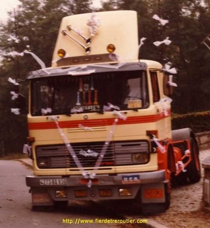 le Mercedes a Donatien la veille de son mariage le camion venait juste d'etre fini de peindre aux couleurs de la maison (rouge vermillon 1344 et jaune eiffel pour la petite histoire) avec pour deflecteur un capot d'Alfa Romeo !!! des precurseurs du tuning camion chez Gaudin.