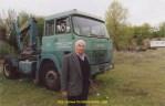 A 80 ans Jo Couchet pose fierement devant le dernier camion qu'il possède