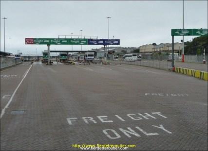 J'arrive au port de Holyhead. Après 2 minutes d'hésitation : voie de gauche, « Irish Ferries - Freight ». Bingo, c'est bien là.