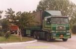 Camion iranien, Ce camion est un rare CCC qui signifie CRANE CARRIER CORPORATION. Il s' agit d'une marque US spécialisée dans les porteurs pour grue et autres applications comme malaxeurs et bennes. Le modèle photographié est un Cabover qui fit l' objet d' un marché avec l' Iran dans les années 70. Je me souviens avoir vu ces tracteurs charger à l' usine des tubes de Vincey (Vosges) en 1976…