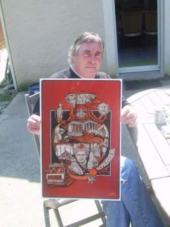 François pose avec un poster à l'intention des vétérans du Moyen Orient dessiné par Daniel Toucheteau.