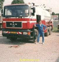 Mon père posant devant son Man flambant neuf