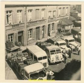 Une photo datant de mai 1959, de la cour d'un dépot de boissons de Lens où mon grand père a travaillé comme livreur après sa carrière aux houillères.