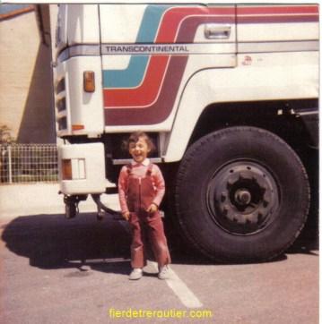 La petite Sophie devant le Ford de son tonton