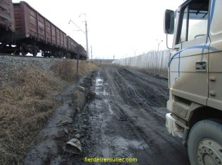Ça donne pas très bien sur la photo, mais la route entre la prison et le train donne presque le mal… de mer