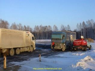cette photo a été prise juste après l'Oural, donc assez proche de l'Europe. un Aubry en Sibérie ??!! on respire par le nez les amis, il a des plaques russes. Bon nombre de camions européens finissent là-bas avec leurs couleurs d'origine. L'AE est un peu fragile pour ces routes là…