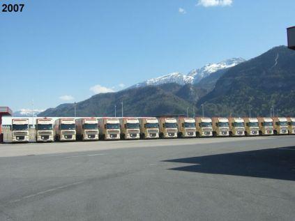 Partie de la flotte camion-remorque. A noter l'homogénéité du parc