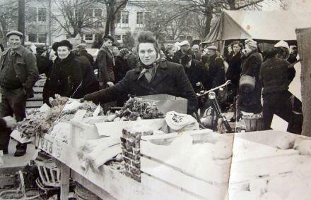 Francis CHEVRIER a débuté dans le primeur. Ici Mme CHEVRIER sur le marché d'Annemasse 74