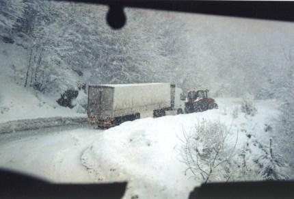 Camion iranien se faisant tracter à l'ascension du col de Pendalofos dans le nord de la Grèce entre Igoumenitsa et Ioanina.