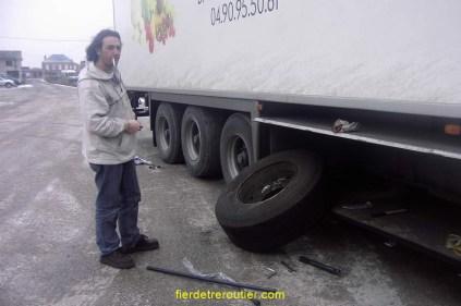 C'est le moment de placer votre roue de secours, enlevez rapidement la vieille, placez la neuve face au moyeu, à l'aide de vos 2 barres de cric, faites levier, guidez la roue dans les trous des goujons en plaquant votre front sur le flanc du pneu, viril, mais efficace !!!