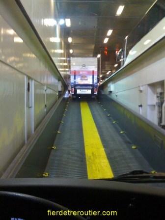 acces au niveau superieur sur le ferry qui nous amene en Grèce