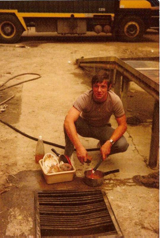 Mon papa, vaisselle avec les moyens du bord, Ineu, Roumanie