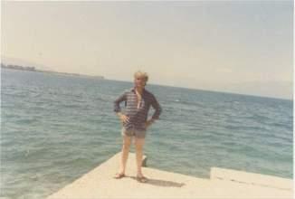Le beau Max près d'une mer quelque part sur une côte du Moyen Orient