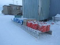 voilà la façon traditionnelle de faire du transport. Le tracteur de cette semi, c'est un ski-doo. Il y a pas si longtemps c'étaient des chiens. Il n'y avait alors pas besoin d'utiliser la moitié du chargement pour de l'essence... un phoque suffisait pour la meute