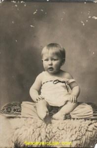 mon père Pierre LEVOYE et oui c'est lui à l'age de 2 ans donc en 1935.