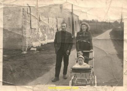 mon père ma mère et oui moi dans la poussette avec un copain en 58.