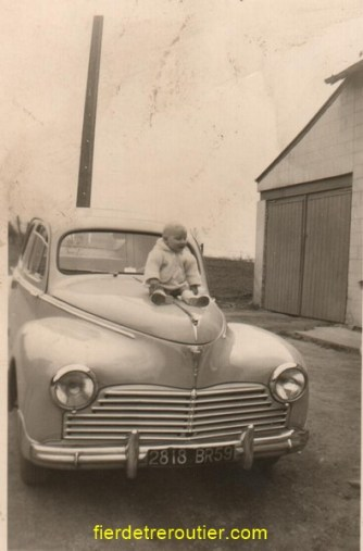 OH !! la belle voiture à papa une pijot 203 et moi toujours là sur le capot en 1958