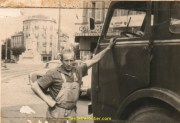 mon père Pierre LEVOYE fier « il devait y avoir des gonzesses pour qu'il pose comme ça » vous avez vu la tenue de travail « chouette ».