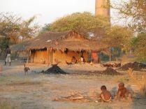 village et tas de charbon de bois