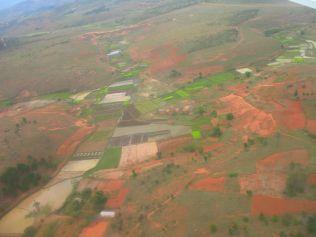 vue du ciel : terre rouge et rizières