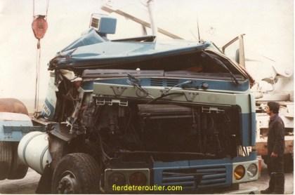 un beau F 12 : un routier en panne sous un pont à REIMS sans lumières « sans commentaires » mais Léon notre chauffeur pas une égratignure incroyable quand on voit l'état de la cabine