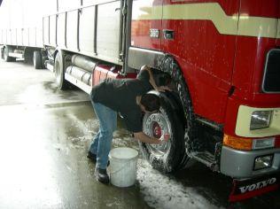 Le lavage du camion, on prend soin des jantes