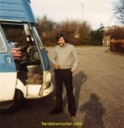 mon 1er vehicule, un j 7 peugeot et sur la photo je suis a dundee en ecosse on etait parti a 2.....dur dur....