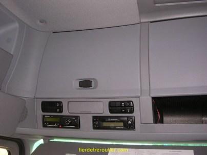placards éclairés dans la réhausse sur toute la largeur de la cabine