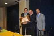 Eduardo Heftye Etienne -Presidente de Bibliófilos Taurinos de México, A.C.- y Jorge Espinosa de los Monteros –Vicepresidente-, entregando el premio a Enrique Hernández Flores
