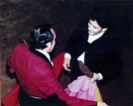 """Brindando el Novillo de su despedida a su hijos, Héctor (en el tendido) y Enrique (en el ruedo), en la Plaza """"Antonio Velázquez"""""""