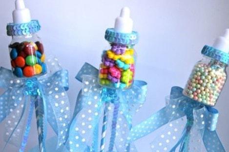 Decoración de centros de mesa con biberones llenos de dulces