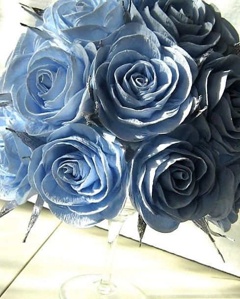 centro de mesa para bautizo con ramo de flores de papel crepe azul