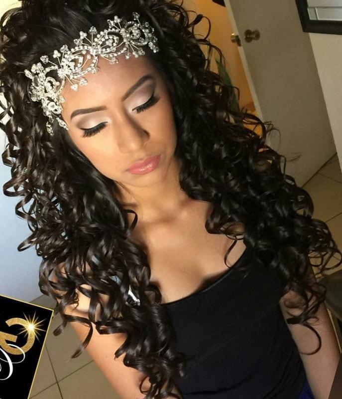 peinado para 15 años suelto con tiara para cabello con rulos