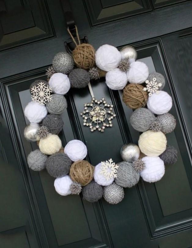 corona navideña elegante hecha con ovillos de lana