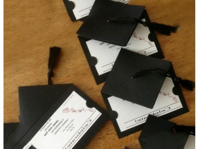 invitaciones de graduacion con birretes negros echos a mano