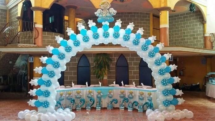 Decoración de globos para bautizo de niño