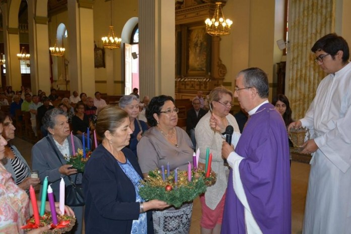 Bendición de una corona de adviento en la iglesia