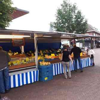 Jos Kruitbosch zijn groentekraam ligt er ook weer mooi bij. Even uien en veldsla gehaald — in Heino, Overijssel, Netherlands.