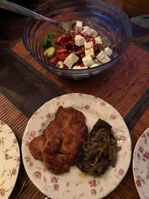 Diner: - kipschnitzels van Slagerij Björn van Koppen - draadjesvlees, spekblokjes en fetakaas, olijfolie en balsamicoazijn van Biefit Gezondheidswinkel - sla en uien van Peter Hoogendonk - komkommer van de kar van Cees, Dirk v.d. Burgweg HvH - tomaten van Lanstomaten - paprika van Boeregoed — bij Fietsen voor m'n eten.