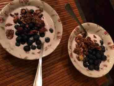 Ontbijtje: - appel-kers-kaneel-yoghurt van DelflandseZuivel - blauwe bessen van de Biefit Gezondheidswinkel - granola van Bakkerij Vreugdenhil — bij Fietsen voor m'n eten.