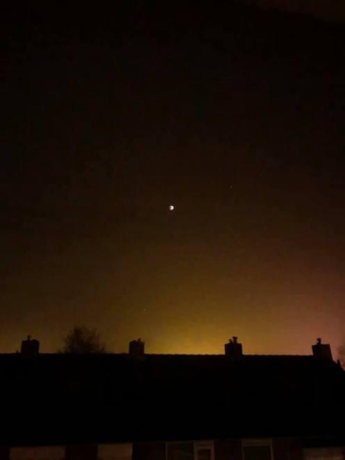 Westlands kosmisch super-bloed-wolf-maan met sterren en LED-verlichting van onderen — bij Fietsen voor m'n eten.