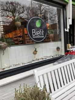 Die winteretalage bij de Biefit Gezondheidswinkel hoeft voorlopig nog niet weg — bij Biefit Gezondheidswinkel.