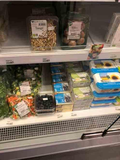 Voorraadje boter en blauwe bessen aanvullen bij de Biefit Gezondheidswinkel — bij Biefit Gezondheidswinkel.