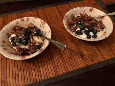 Ontbijtje: - blauwe bessen en Griekse yoghurt van de Biefit Gezondheidswinkel - granola van Bakkerij Vreugdenhil — bij Fietsen voor m'n eten.