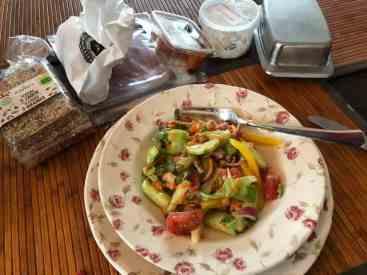 Nog wat salade van de vorige dag als lunch, met crackers van de Biefit Gezondheidswinkel en smeerseltjes van Poelier Jos Straathof en Slagerij Björn van Koppen — bij Fietsen voor m'n eten.